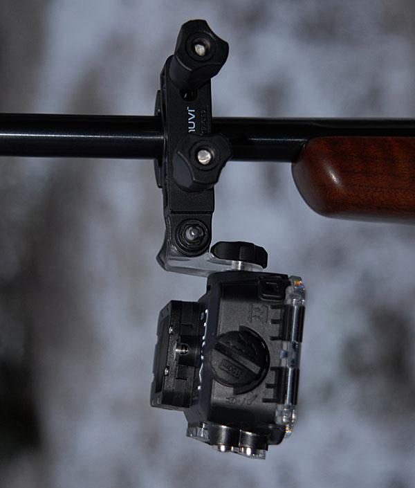 Kameran monteras på geväret med ett stativ för stolpar, rör, m m och kan tiltas för att få rätt vinkel